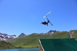Alpins et freestylers au Water jump de Tignes.